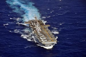 Tàu chiến Mỹ vừa bị Iran 'dọa' chở những gì?