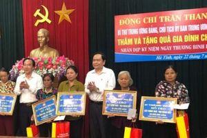 Chủ tịch Trung ương MTTQ Việt Nam Trần Thanh Mẫn thăm, tặng quà các gia đình chính sách tại Hà Tĩnh