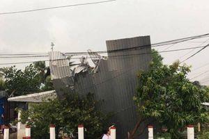 Giông lốc ở An Giang làm 1 người chết, hàng trăm căn nhà tốc mái