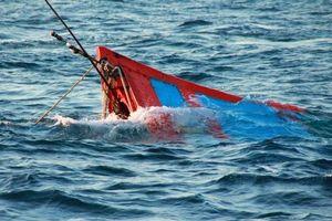 Chìm tàu cá trên biển, 4 thuyền viên được cứu sống
