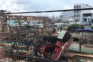 Cần cẩu công trình đổ sập đè nhà dân, 3 người may mắn thoát chết