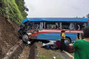 2 người nguy kịch, gần 10 người bị thương khi xe khách lao vào vách núi sau va chạm với xe đầu kéo ở Tuyên Quang