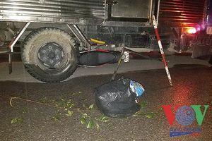 Xe tải cuốn xe máy vào gầm giữa giao lộ, 2 nạn nhân văng ra đường