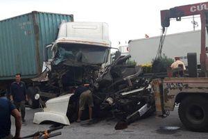 Tai nạn tiếp diễn trên quốc lộ 5, xe container nát đầu