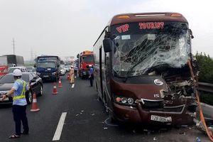 Xe khách nát đầu khi tông ôtô vệ sinh môi trường trên cao tốc