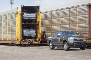 Ford F-150 chạy điện kéo 10 toa tàu nặng 453,5 tấn