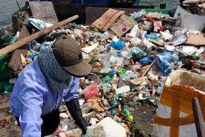 Vịnh Hạ Long 'oằn mình' gánh rác đến bao giờ?