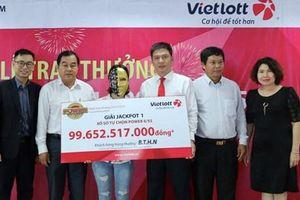 Gia đình 16 người đến Vietlott lĩnh giải Jackpot gần 100 tỷ đồng