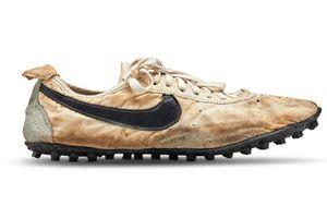 Đôi giày Nike 'Moon Shoes' được bán với mức giá kỷ lục gần 450.000 USD