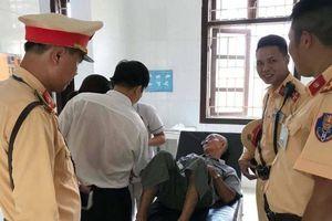 Hà Nội: Cụ ông 82 tuổi ngã bất tỉnh trên quốc lộ được CSGT đưa đi cấp cứu
