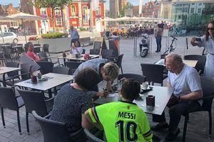 Fan 'cứng' của Messi ở Bỉ bất ngờ xin chữ ký Công Phượng