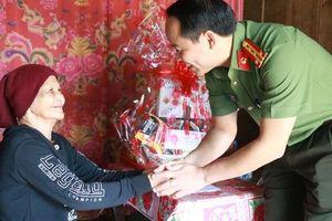 Công an tỉnh Thừa Thiên Huế phát huy truyền thống, đạo lý 'uống nước nhớ nguồn'