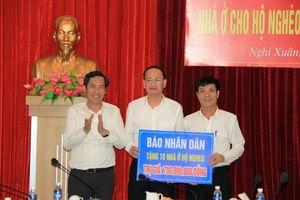 Báo Nhân Dân trao tặng 45 nhà tình nghĩa tại Nghi Xuân