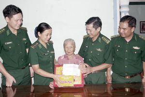 Thăm, tặng quà Mẹ VNAH và gia đình chính sách