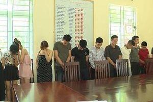 4 thiếu nữ thác loạn cùng 8 trai làng trong Karaoke Thiên Thai