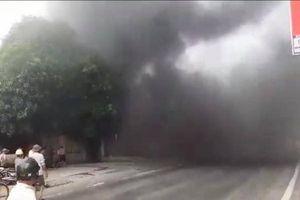 Nhà hai tầng cháy dữ dội, khói đen mù mịt vây kín quốc lộ 1A