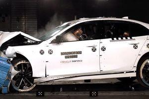 Xe VinFast Lux 2.0 bị đâm nát đầu, người ngồi trong có sao không?