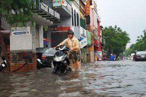 Mưa lớn, nhiều tuyến phố Hà Nội lại ngập trong biển nước