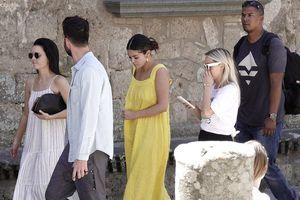 Selena Gomez diện đầm vàng rực rỡ đi du lịch cùng bạn trai tin đồn