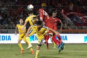 TPHCM và Hà Nội cưa điểm sau trận 'chung kết sớm' 2 thẻ đỏ