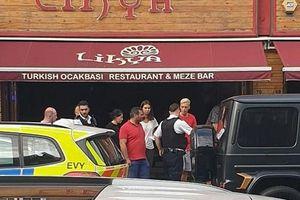 Mesut Oezil và đồng đội bị cướp có dao tấn công giữa ban ngày