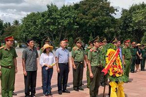 Báo CAND tri ân các Anh hùng liệt sĩ ở Thành cổ Quảng Trị