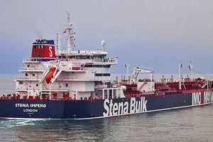 Anh điều tàu chiến hộ tống tàu hàng qua Eo biển Hormuz