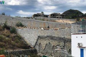 Tháo dỡ bức tường khổng lồ sai phép ở Khánh Hòa trước ngày 20/9