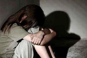 Cha dượng giở trò đồi bại với con gái của vợ lĩnh hơn 17 năm tù