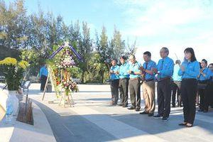 Liên đoàn Lao động tỉnh Khánh Hòa dâng hương tại Khu tưởng niệm chiến sĩ Gạc Ma