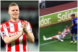 Hậu vệ Stoke City gãy gập chân sau một pha phá bóng