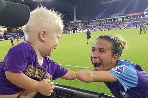 Bức ảnh cú đập tay giữa cậu bé và nữ cầu thủ không có bàn tay trái được hàng triệu người chia sẻ