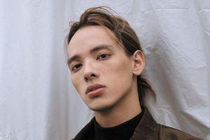 Vẻ lãng tử cool ngầu của mỹ nam tóc dài đóng trong MV 'Không sao mà, em đây rồi' (Suni Hạ Linh)