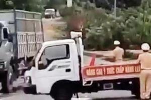 Tài xế dương tính với ma túy lái xe chở gỗ lao thẳng vào xe CSGT