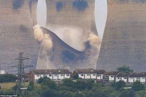 Tháp làm mát cao hơn 100 mét ở Anh sập thành tro bụi trong nháy mắt