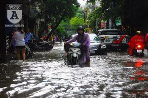 Phố biến thành 'sông' sau mưa lớn, khiến phương tiện giao thông tê liệt