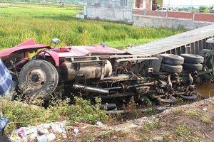 Xe container lao xuống ruộng, tài xế thoát nạn