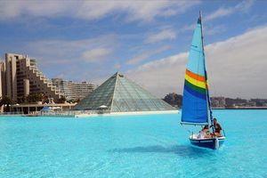 Hồ bơi lớn nhất thế giới, phải dùng thuyền mới đi hết vòng