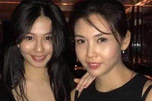 Mẹ U60 như chị em sinh đôi với con gái 18 tuổi