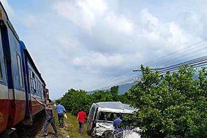 Tàu lửa tông xe trung chuyển khách 3 người thiệt mạng