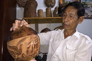 Điêu khắc trên dừa khô làm vỏ đựng bình trà
