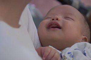 'Về nhà đi con' - Em bé 'chỉ ăn và ngủ' của Thư gây bão với nụ cười