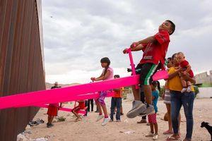 Chiếc bập bênh hồng ở biên giới Mỹ - Mexico gây sốt