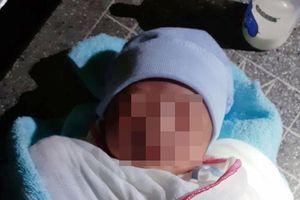 Bé trai sơ sinh bị bỏ rơi dưới chân cầu