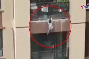 Người dân dùng chăn hứng bé trai 5 tuổi rơi từ tầng 5 xuống
