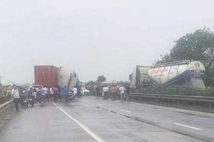 Hải Dương: Xe container va chạm xe bán tải, Quốc lộ 5 ùn tắc gần 10km