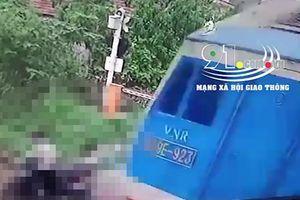 Clip: Người phụ nữ bị tàu hỏa đâm chết khi cố lao qua đường ngang