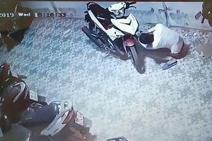 Nhóm trộm bẻ khóa xe Exciter chỉ bằng cọng kẽm ở TP.HCM