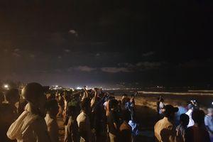 Trắng đêm tìm các nam sinh đuối nước, bị sóng cuốn mất tích ở Đà Nẵng