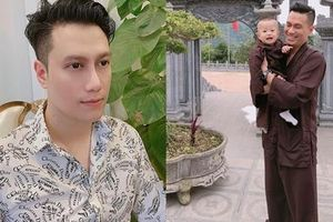 Việt Anh đưa con trai tìm tới cửa Phật hân hoan chào tháng mới